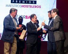 Víctor Martín, del restaurante Premium Bar Doze recogiendo el Premio Rivera del Duero al 'Mejor bar'