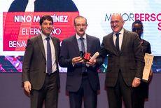 Nino Martínez, del Restaurante El Ermitaño recogiendo el Premio 'Mejor Personal de Sala'