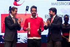 Javier del Blanco, del Restaurante Lav recogiendo el Premio 'Establecimiento Revelación'
