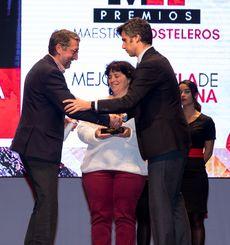 Enrique de la Torre, Director de CIFP La Flora recogiendo el Premio 'Mejor Escuela de Cocina'