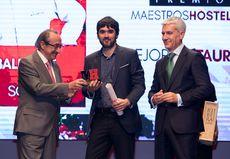 Óscar García, del Restaurante Baluarte recogiendo el Premio 'Mejor Restaurante'