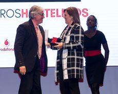 La consejera de Agricultura, Milagros Marcos, entrega el Premio Especial de Maestros Hosteleros '17 a Jesús Ramiro