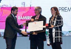El director general de RTVCyL, Eduardo Álvarez, y la consejera de Agricultura, Milagros Marcos, entregan el Premio Especial de Maestros Hosteleros '17 a Jesús Ramiro