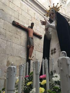 La Virgen de la Soledad junto al Cristo del Milagro, románico del siglo XII, en la Catedral de El Burgo de Osma.