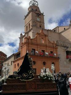 La Virgen de la Soledad frente a la colegiata de Medina del Campo, Valladolid.