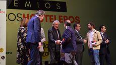 El periodista Luis del Olmo da la enhorabuena a los premiados junto a otras autoridades.