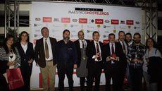 Pablo Martín, premio Mejor Personal de Sala, junto a varios asistentes a la gala.