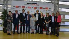 Paulina Andrés, Premio Especial Maestros Hosteleros 2018, junto a su familia y compañeros del restaurante Río de la Plata.