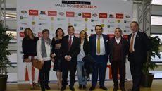Pablo Martín, premio Mejor Personal de Sala, junto a asistentas a la gala.