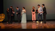 Antonio Silván, alcalde de León, y Miguel Sanz, director general de Ribera del Duero, entregan el premio al Mejor Bar a Cristina García y Óscar Suárez del bar Zielo de León.