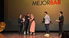 Miguel Sanz, director general de Ribera del Duero, y Antonio Silván, alcalde de León, entregan a Cristina García y Óscar Suárez de Bar Zielo el premio al Mejo Bar.