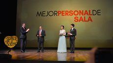 Pablo Martín, de Mesón de Cándido (Segovia), recoge el premio al Mejor Personal de Sala de manos del presidente de la Diputación de León, Juan Martínez Majo.