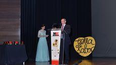 Pablo Martín, de Mesón de Cándido, agradece el premio al Mejor Personal de Sala.