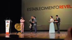 Margarita Serna, directora Territorial EspañaDuero León, y la presidenta de la Diputación de Palencia, Ángeles Armisén, entregan el premio al Establecimiento Revelación a Alberto Soto de Ajo de Sopas.