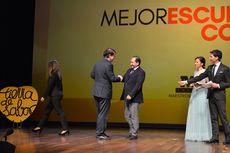 El alcalde Salamanca, Alfonso Fernández Mañueco, entrega el premio a la Mejor Escuela de Cocina al director de la Escuela de Hostelería de Salamanca, Ricardo Gómez.