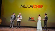 José Luis Ulibarri, presidente de Edigrup Media, entrega el premio al Mejor Chef a Luis Alberto Lera.
