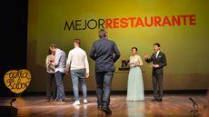 La consejera de Cultura y Turismo, Josefa García Cirac entrega a Alberto de la Cruz, Juan Carlos Jiménez y Miguel Ángel de la Cruz, de La Botica, el premio al Mejor Restaurante.