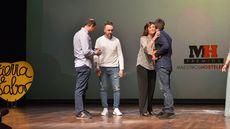 La consejera de Cultura y Turismo, Josefa García Cirac entrega a Alberto de la Cruz, Juan Carlos Jiménez y Miguel Ángel de la Cruz, de La Botica el premio al Mejor Restaurante.