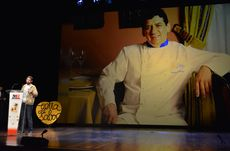 Noé Domínguez Olloqui recoge el premio en homenaje a su padre el cocinero leonés Carlos Domínguez Cidón.