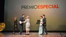 Alfonso Fernández Mañueco hace entrega del Premio Especial Maestros Hosteleros 2018 a Paulina Andrés.