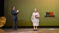 Paulina Andrés, del restaurante Río de la Plata, recoge el Premio Especial Maestros Hosteleros 2018 de manos del alcalde de Salamanca Alfonso Fernández Mañueco.