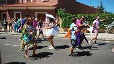Desfile de carrozas en las fiestas de Herrera de Pisuerga (Palencia).