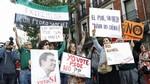 Gritos y pancartas contra los cr�ticos jalearon la entrada al Comit� Federal del PSOE