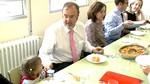 Rey destaca que el aumento 1,5 millones en ayudas permite elevar las becas de comedor escolar