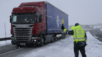 La nieve obliga a embolsar camiones en la A-1 en Lerma, Aranda y Milagros (Burgos) y en Villarejo (Segovia)