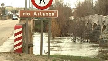 El Arlanza alcanza el nivel de alarma a su paso por la localidad palentina de Quintana del Puente