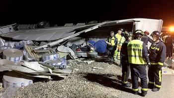 Cinco heridos en el accidente de un turismo y un camión en la A-6 en Mota del Marqués, Valladolid