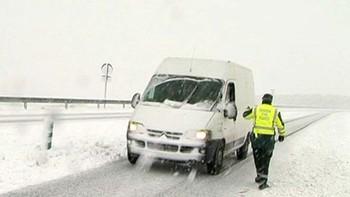 La nieve mantiene cortados cuatro puertos en Burgos y Salamanca y obliga a utilizar cadenas en 16 tramos