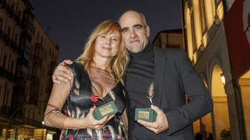 Luis Tosar y Emma Suárez reciben las Espigas de Honor de la Seminci