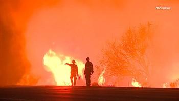 Los incendios arrasan por cuarto día consecutivo el sur de California y fuerzan la evacuación de 200.000 personas