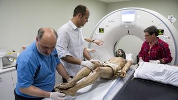 La tecnología médica permitirá saber si la talla del Cristo de la Santa Vera Cruz de Béjar, Salamanca, puede volver a su estado original articulado