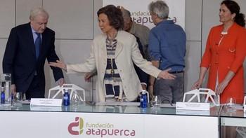 La reina Sofía preside el Patronato de la Fundación Atapuerca y visita la Cueva del Mirador