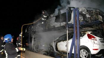 El incendio de un camión portavehiculos provoca el corte de la A-67 en Fuentes de Valdepero