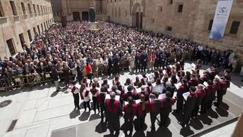 Unas 5.000 personas llenan el Patio de Escuelas de la Universidad de Salamanca
