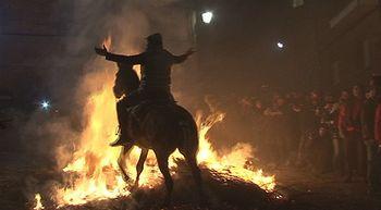 San Bartolom� de Pinares celebra el espectacular rito de Las Luminarias