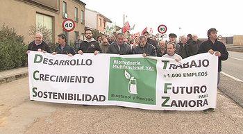 Cerca de 500 personas se manifiestan en apoyo de una biorrefiner�a en Barcial del Barco