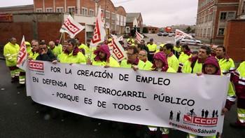 Un centenar de trabajadores de los talleres de Renfe protesta en Valladolid por el retraso en el traslado a las nuevas instalaciones