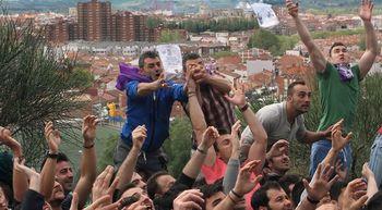 El barrio del Cristo de Palencia recibe la 'pedrea' de pan y quesillo