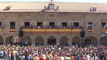 Miles de personas acuden a la tradicional petición del Toro Enmaromado de Benavente, Zamora