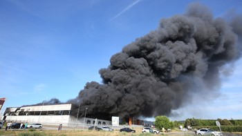 Arde una nave de inyección de plásticos sin actividad en el Polígono Industrial de Cabañas Raras, León