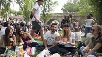 Los salmantinos abarrotan los aledaños del Puente Romano para celebrar un nuevo Lunes de Aguas