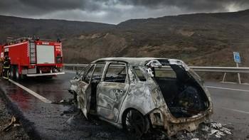 Bomberos del Ayuntamiento de León sofocan el incendio que calcinó un turismo en la AP-66 en Los Barrios de Luna