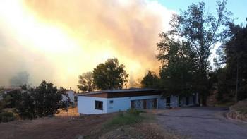 Más de 60 personas trabajan en el incendio de Arribes que permanecerá activo dos o tres días