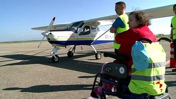 Unos 40 usuarios del CRE de San Andrés del Rabanedo, León, participan en una jornada de vuelo adaptado
