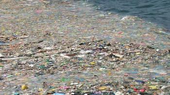 Una isla de plástico con 100 millones de toneladas de plástico flota a la deriva en el Pacífico Norte
