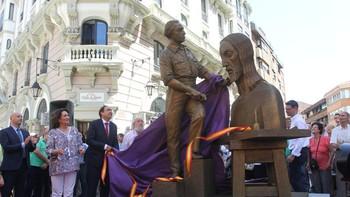 La escultura homenaje a Victorio Macho se levanta ya sobre la Calle Mayor de Palencia